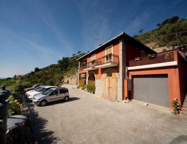 464 parcheggio e facciata casa rossa (giÖ in esterni)